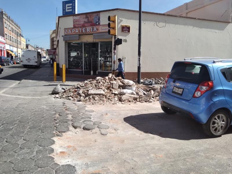 Escombro afecta calles 10 oriente y 4 norte