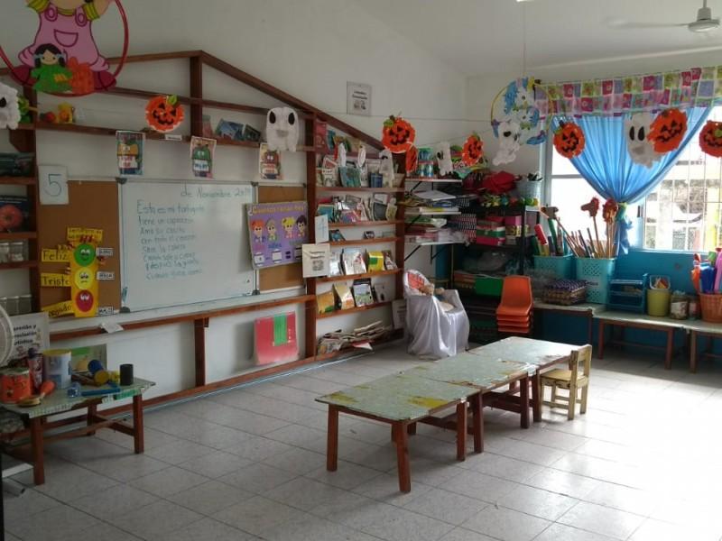 Escuela opera con mobiliario prestado