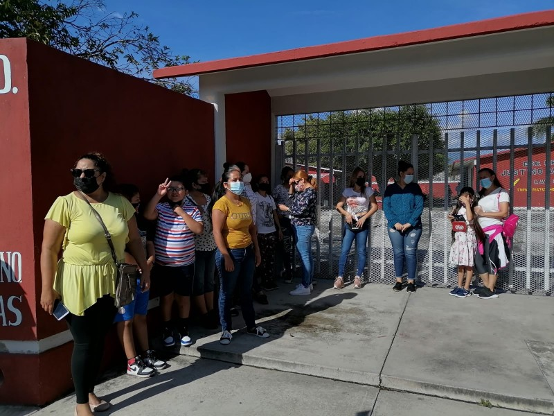 Escuela sin servicios básicos, padres toman plantel