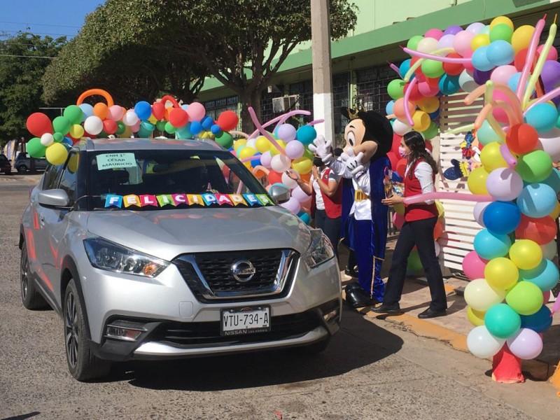 Escuelas celebran el día del niño con llamativas caravanas