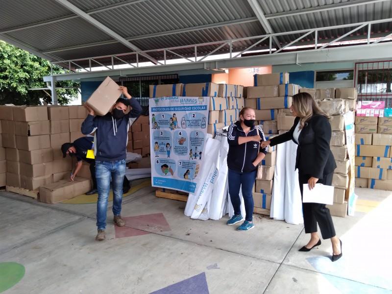 Escuelas con alta marginación recibieron kits de limpieza en Zamora