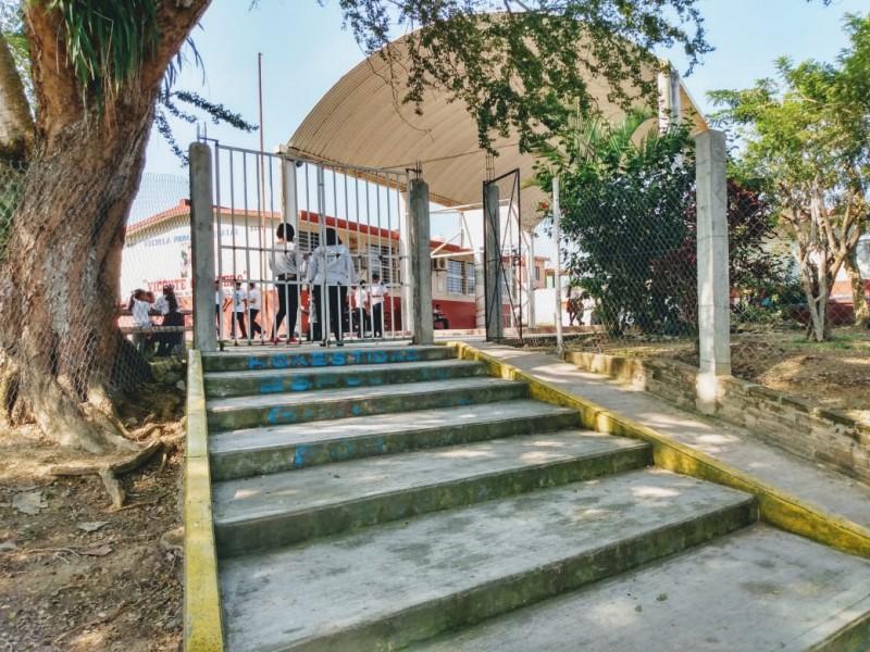 Escuelas con tomas irregulares de agua potable