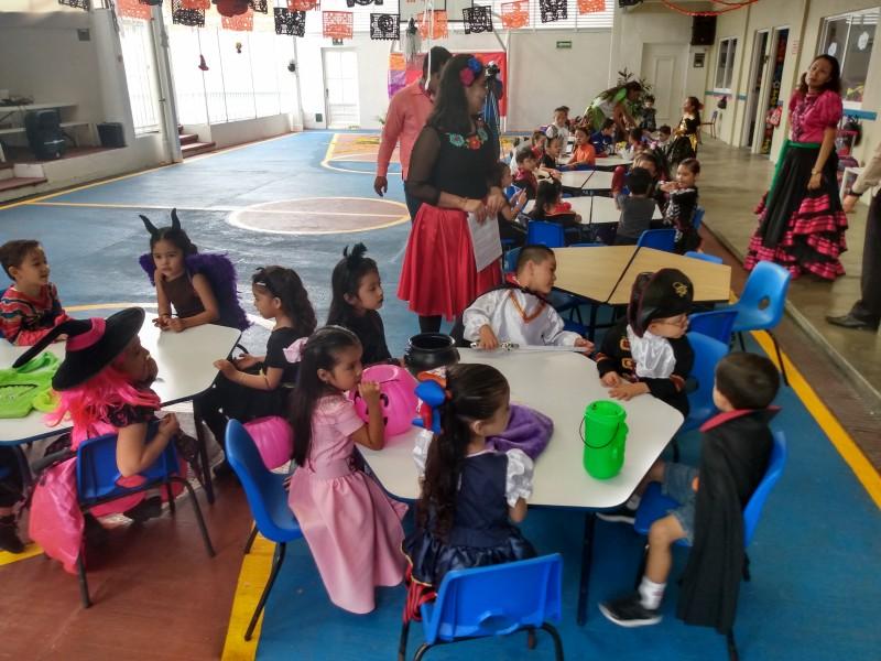 Escuelas públicas y privadas preservan tradiciones