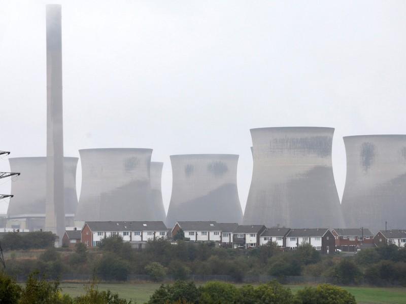 Espectacular demolición de una central eléctrica en Reino Unido