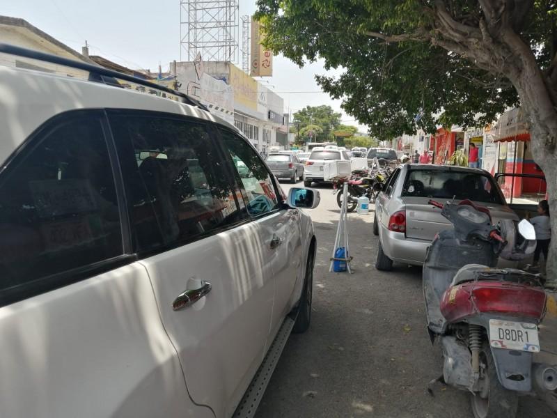 Estacionamientos en doble fila, práctica común que afecta tránsito vehicular