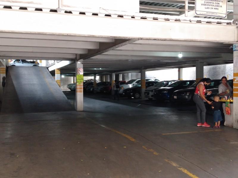 Estacionamientos fomentan uso del vehículo y provocan contaminación