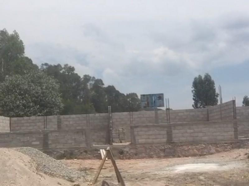 Estudiantes aportan sus becas para construir su escuela
