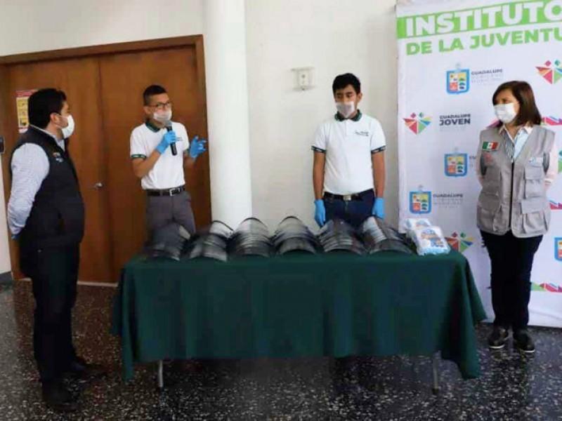 Estudiantes crean y donan mascarillas al IMSS e ISSSTE