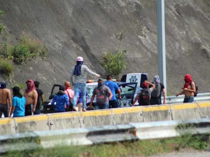 Estudiantes de Ayotzinapa bloquean autopista del sol