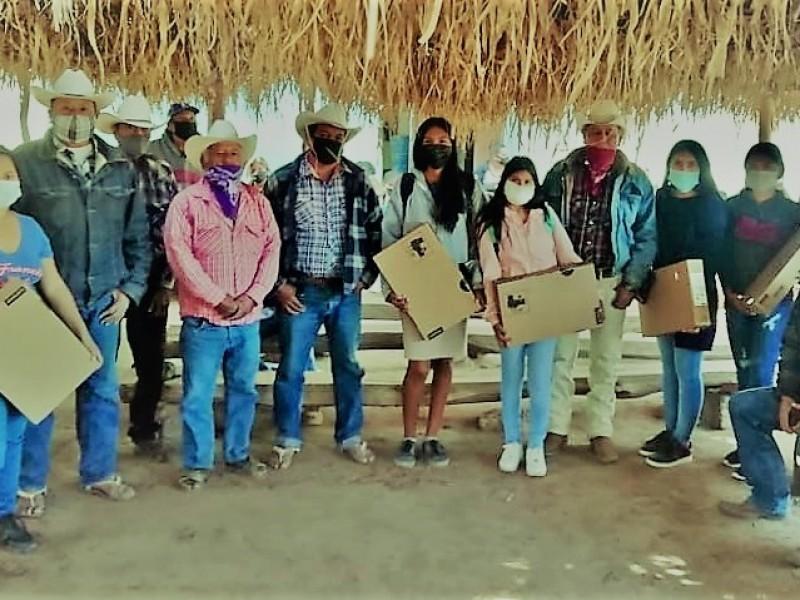 Estudiantes de la Etnia Yaqui reciben equipo de cómputo