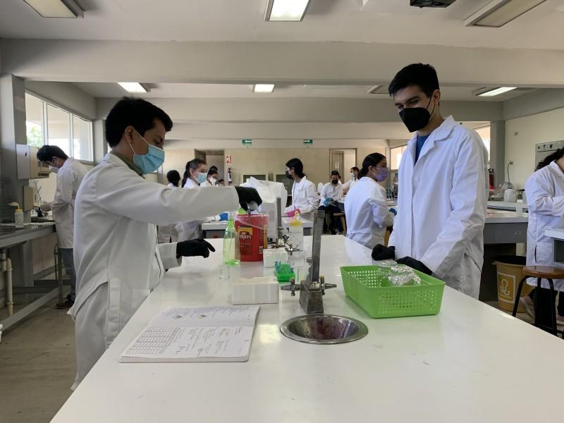 Estudiantes de nivel superior retoman prácticas de laboratorio