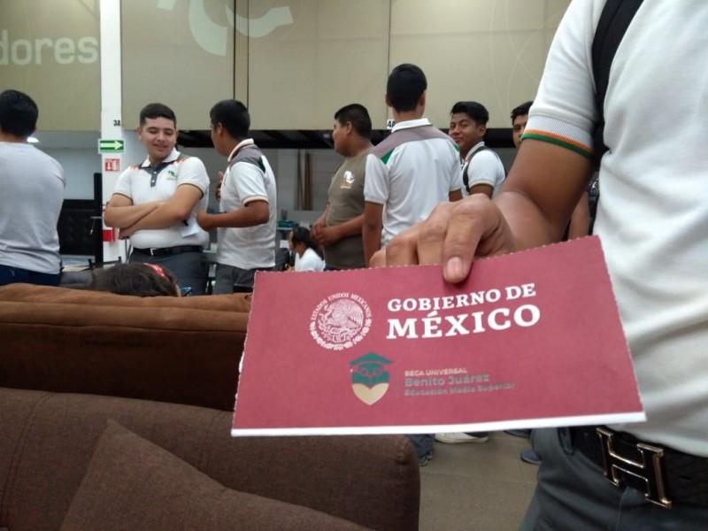 Estudiantes hacen filas; banco ofrece tarjeta