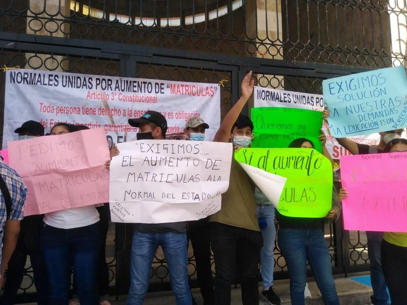 Estudiantes normalistas piden ampliación de matrículas