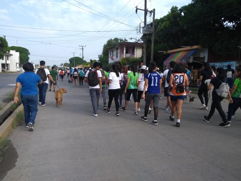 Estudiantes realizan carrera canina con causa