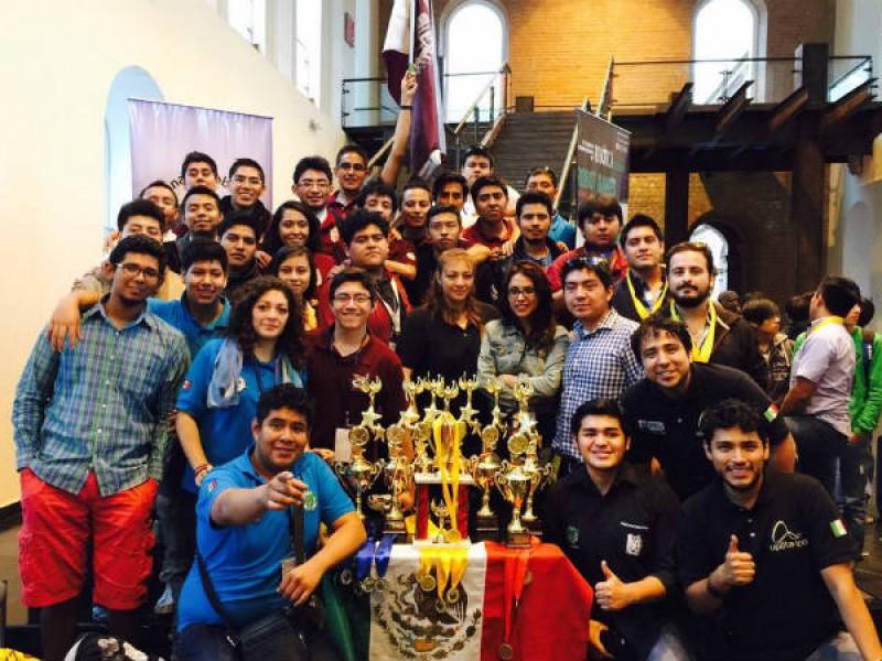 Estudiantes triunfan en torneo de robótica