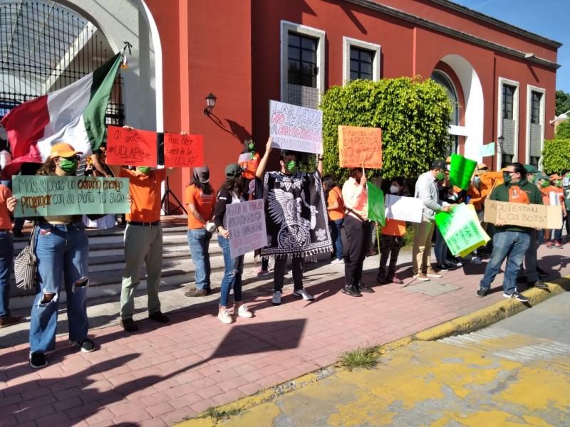 Estudiantes y maestros pide liberación de UDLAP con manifestación
