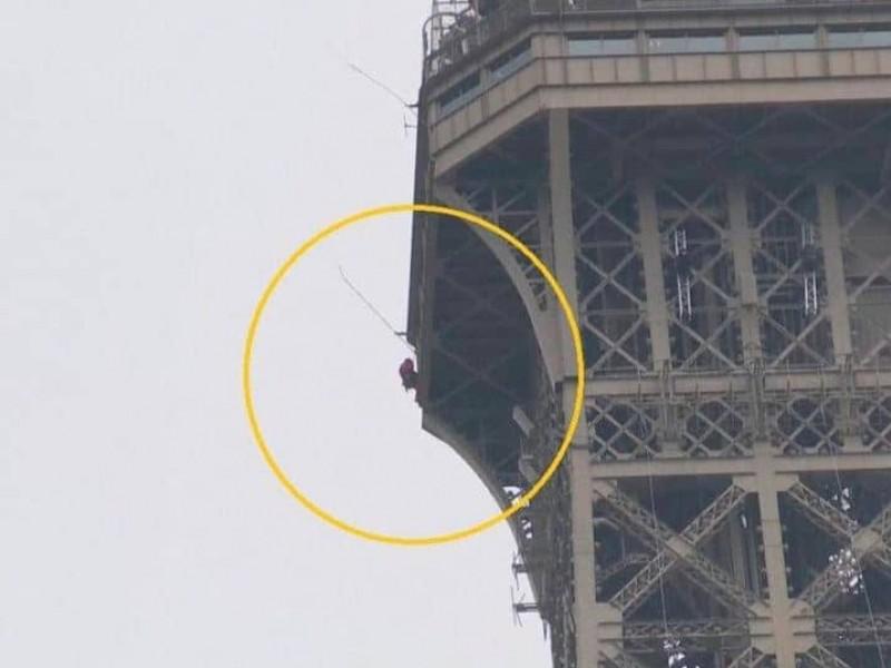 Evacúan Torre Eiffel por escalador