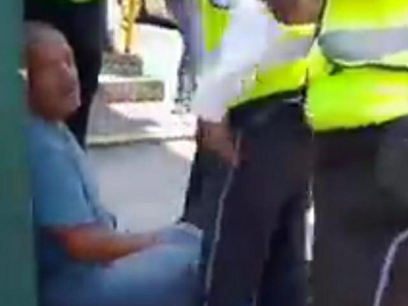 Evidencian a policías estatales: detienen a hombre y agreden mujeres