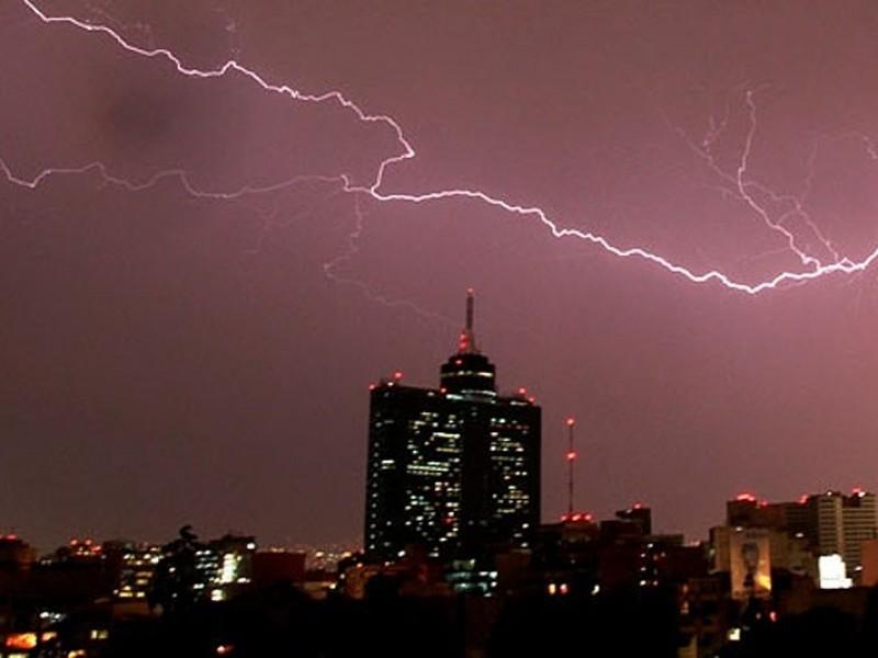 Evitar árboles y estructuras metálicas durante tormentas eléctricas