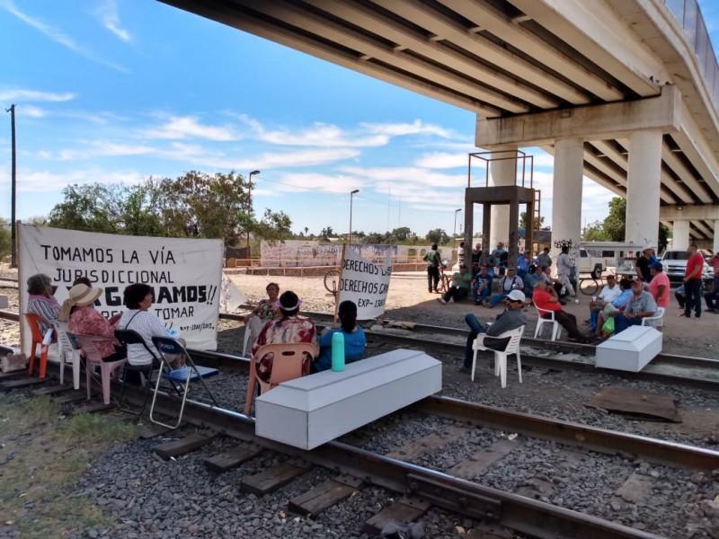 Ex trabajadores bloquean vías del tren en Empalme
