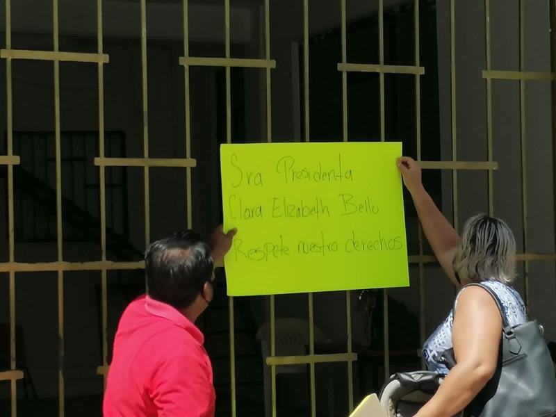 Ex trabajadores toman ayuntamiento de Atoyac y encierran a alcaldesa