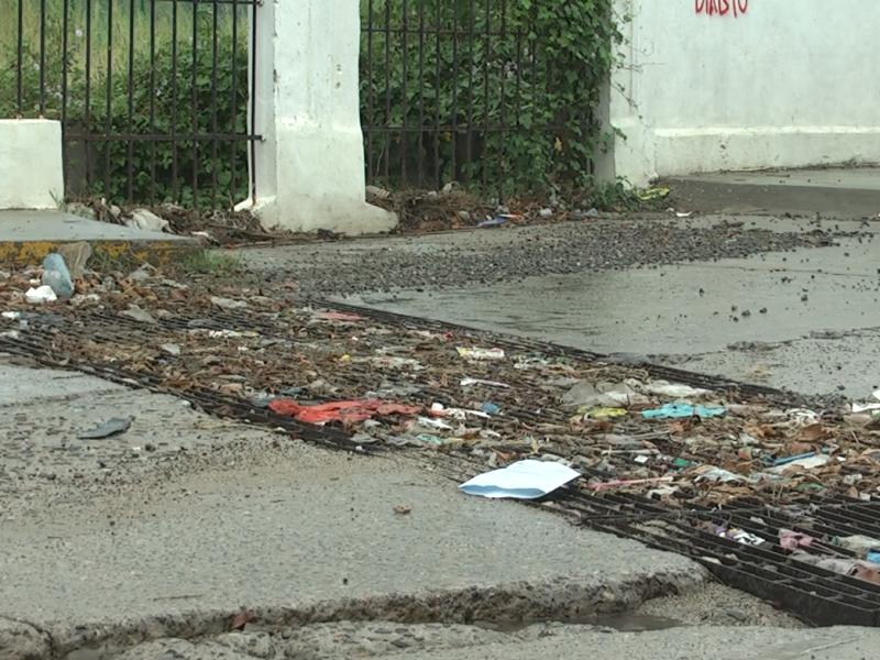Exceso de basura colapsa drenajes en Salina Cruz