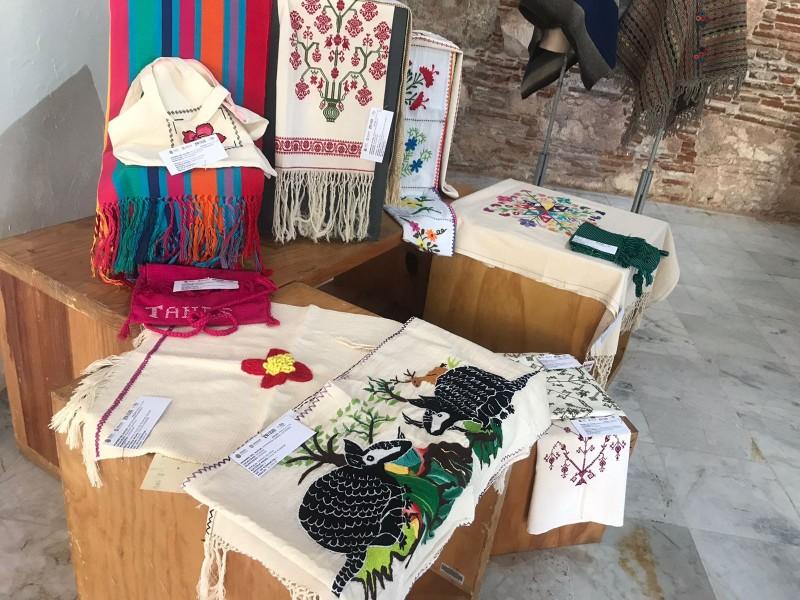Exponen artesanías que participan en concurso en Atarazanas