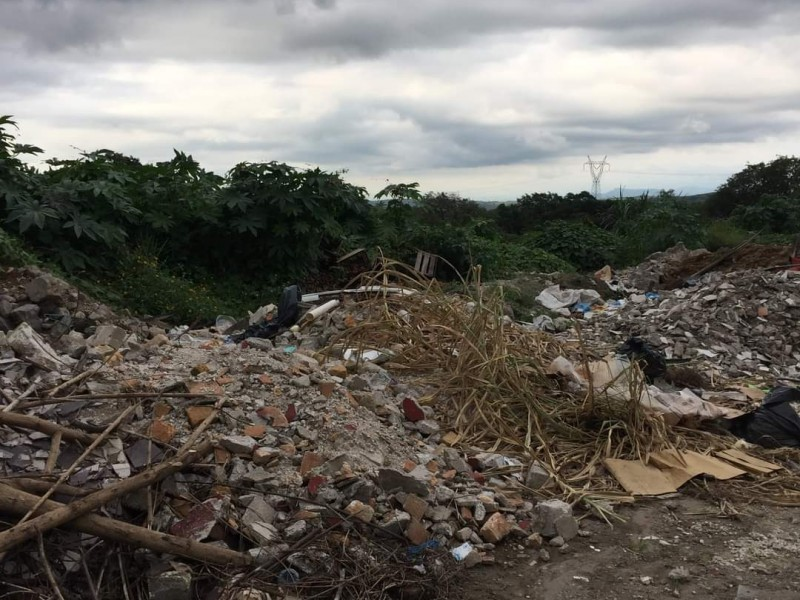 Exhiben y denuncian basurero que contamina arroyo en Las Delicias