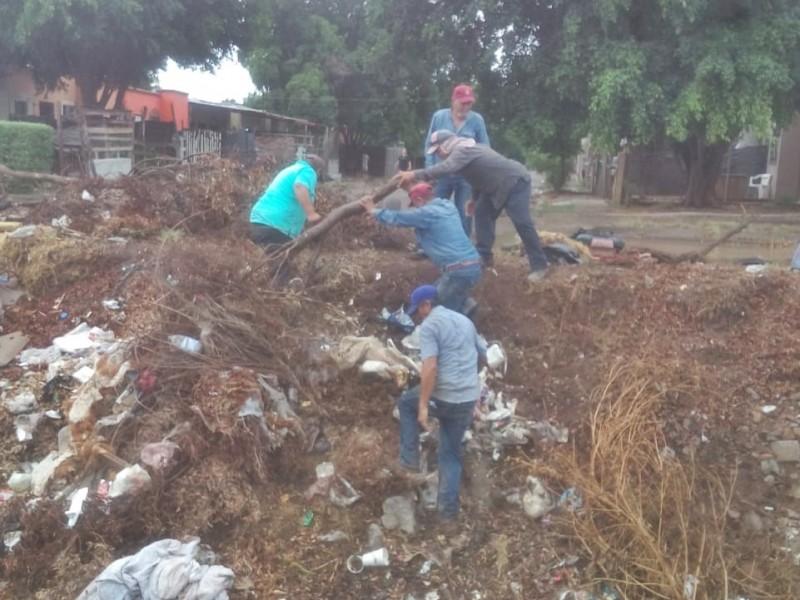 Exhortan a ciudadanos a no arrojar basura en las alcantarillas