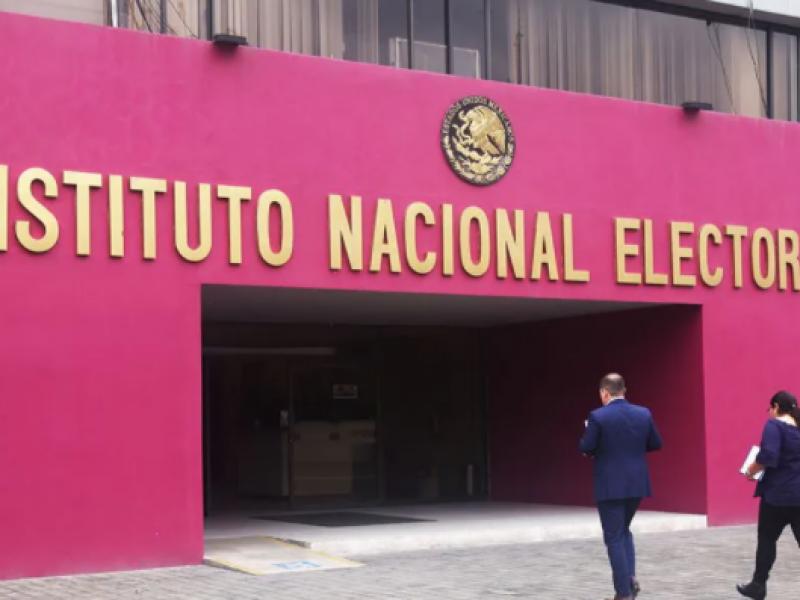 """Exigen a López Obrador que deje de """"hostigar"""" al INE"""
