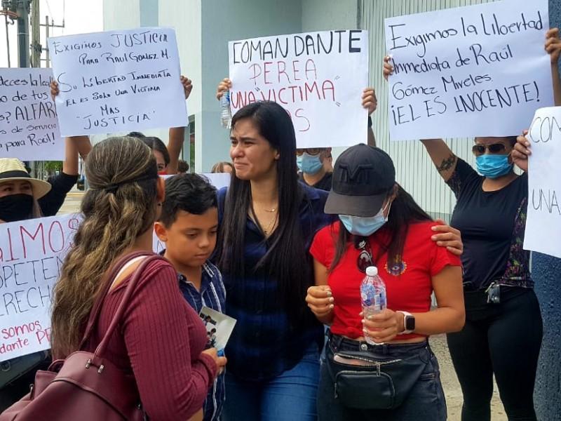 Exigen familiares y amigos la liberación de policías detenidos