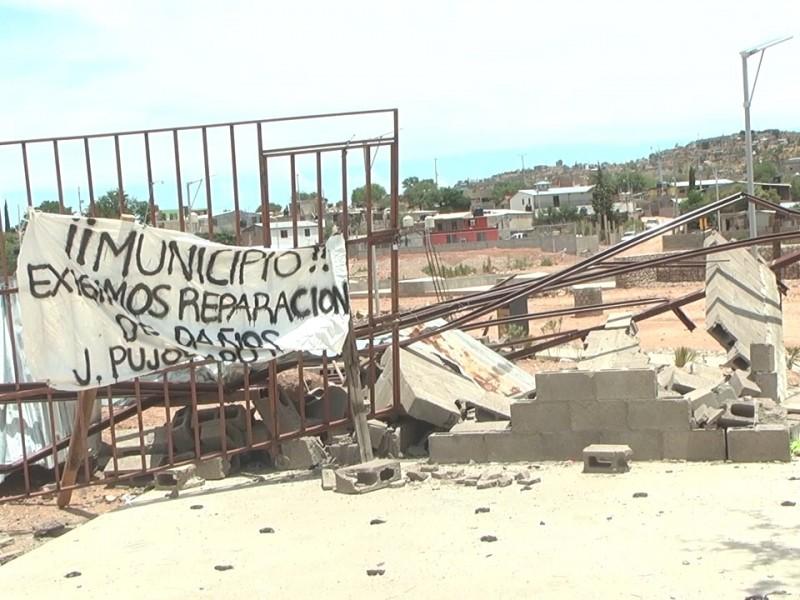 Exigen vecinos reparación de daños por derrumbe de construcción