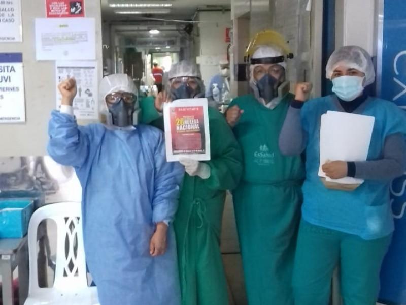 Exigiendo mejores condiciones de trabajo, médicos peruanos salen a protestar