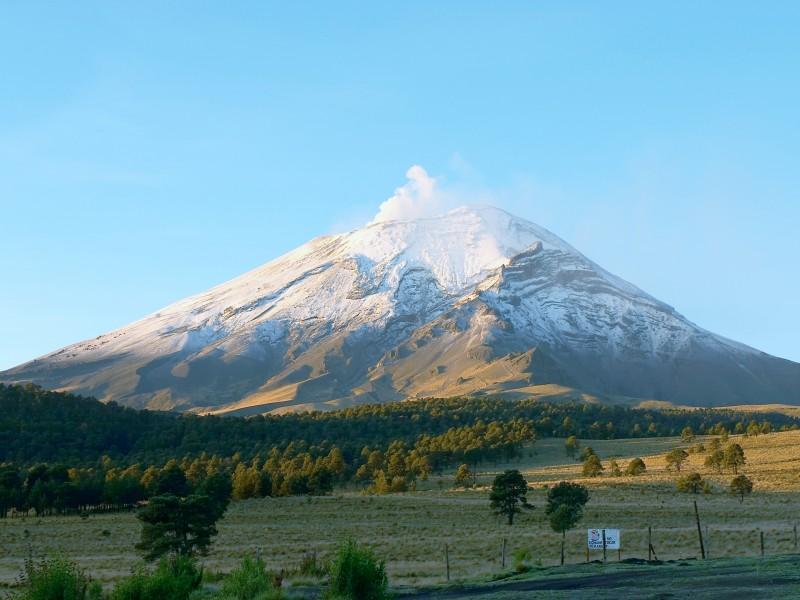 Expertos sobrevuelan volcán Popocatépetl