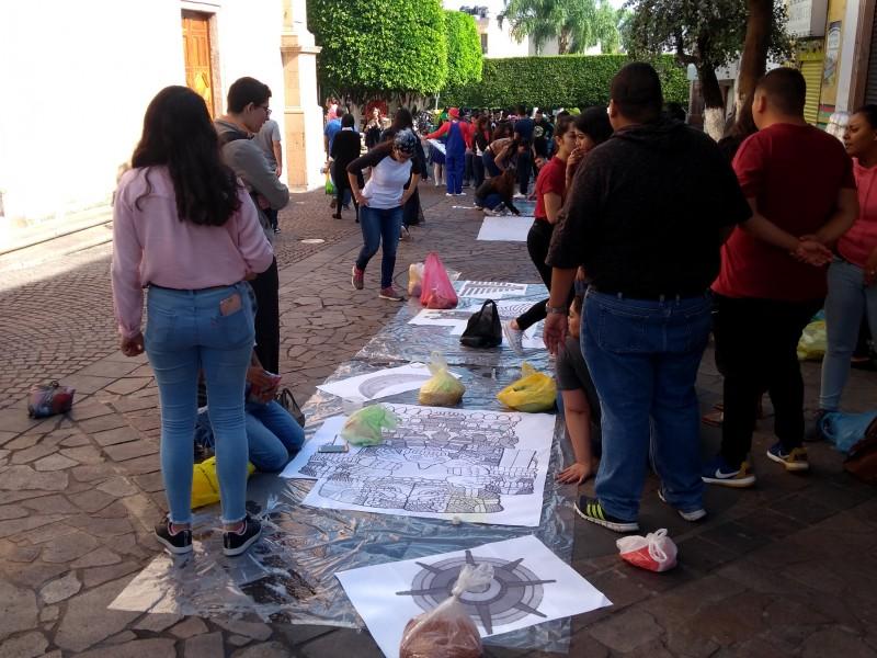 Exponen tapetes en plaza principal de La Piedad