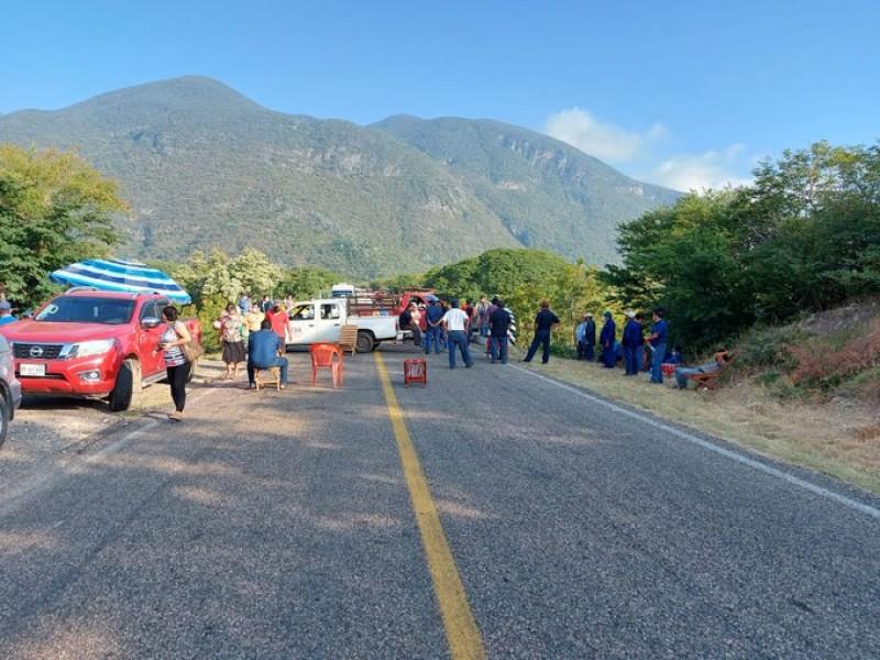 Extienden bloqueos trabajadores del agua potable de Juchitán