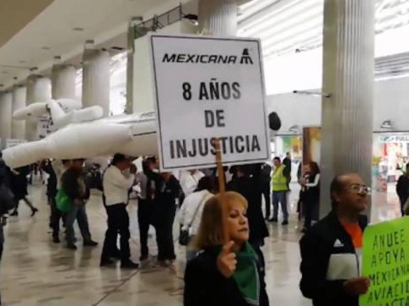 """Extrabajadores protestan: """"Obrador escucha, Mexicana está en lucha"""