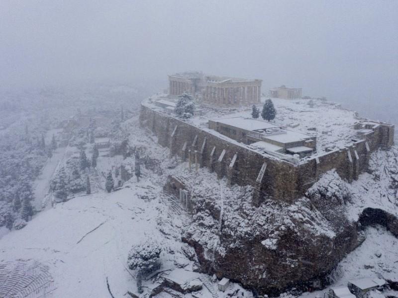 Extraña nevada cubre Atenas y detiene vacunación Covid-19