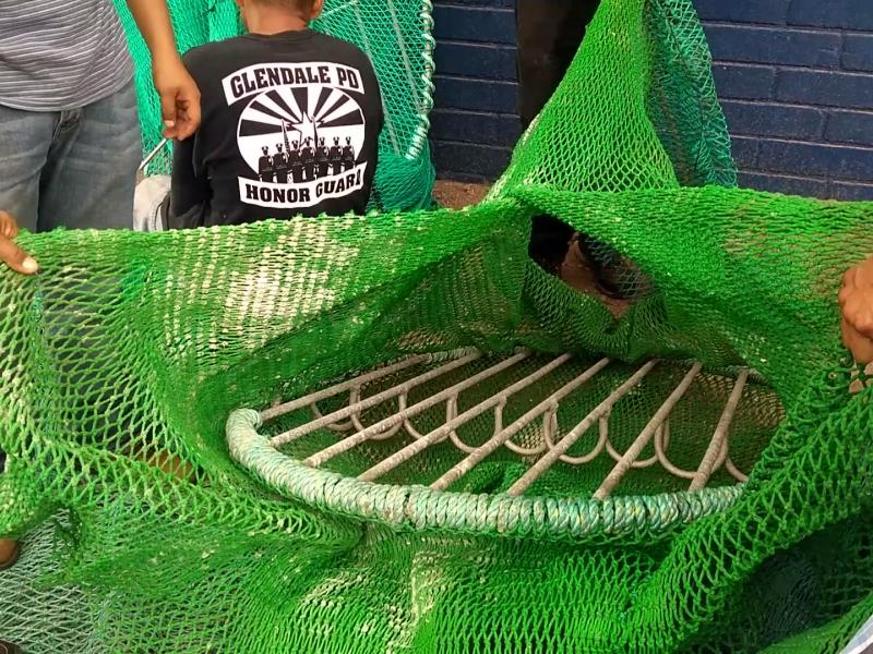 Fabrican redes con excluidores de tortuga