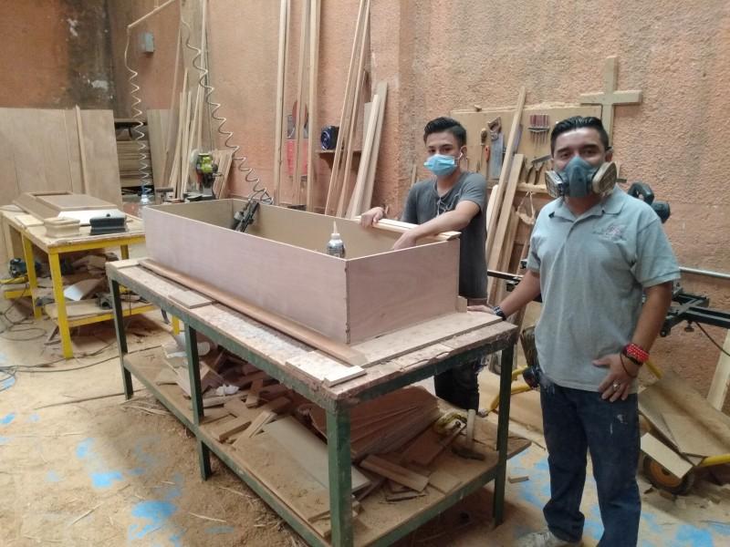 Fabricantes de ataúd y urnas, incrementan pedidos hasta un 100%