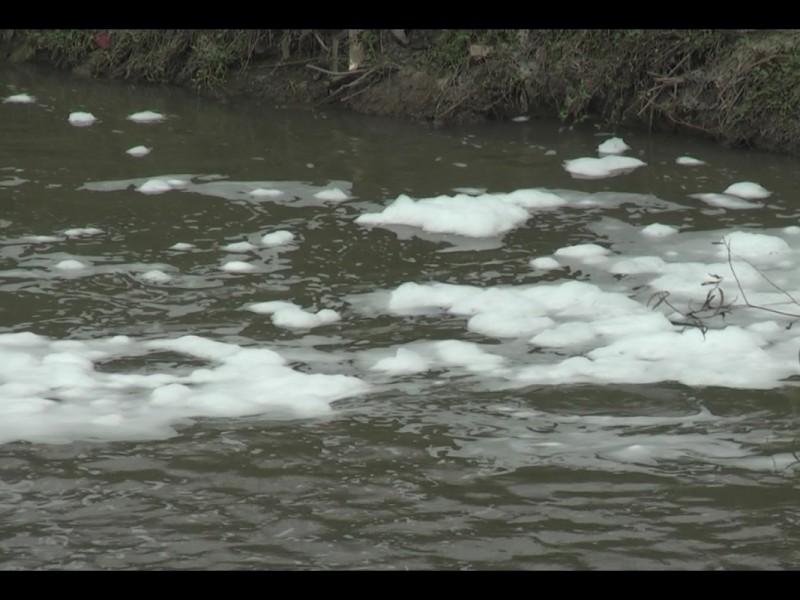 Factores químicos y orgánicos afectan al río Lerma