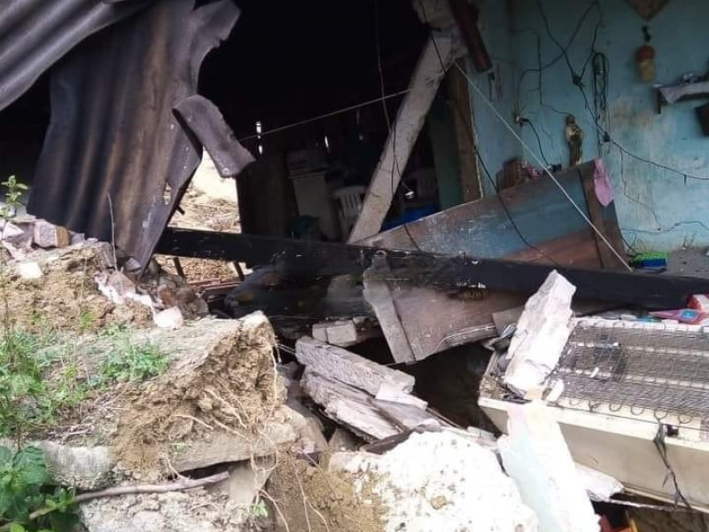 Falla geológica sepulta casas en el municipio de Hueytamalco