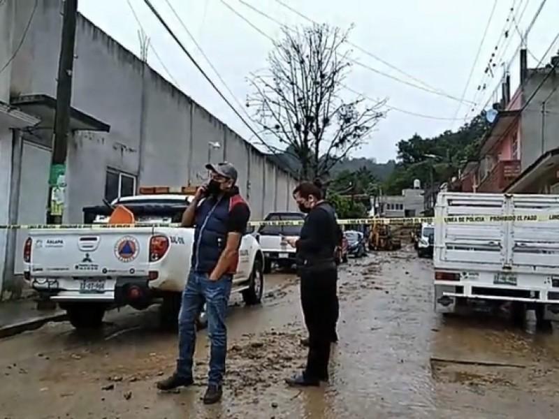 Fallece menor tras desgaje de cerro en Xalapa