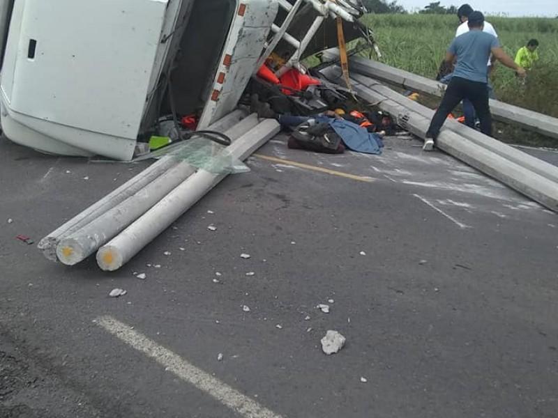 Fallecen 3 trabajadores de la CFE en aparatoso accidente
