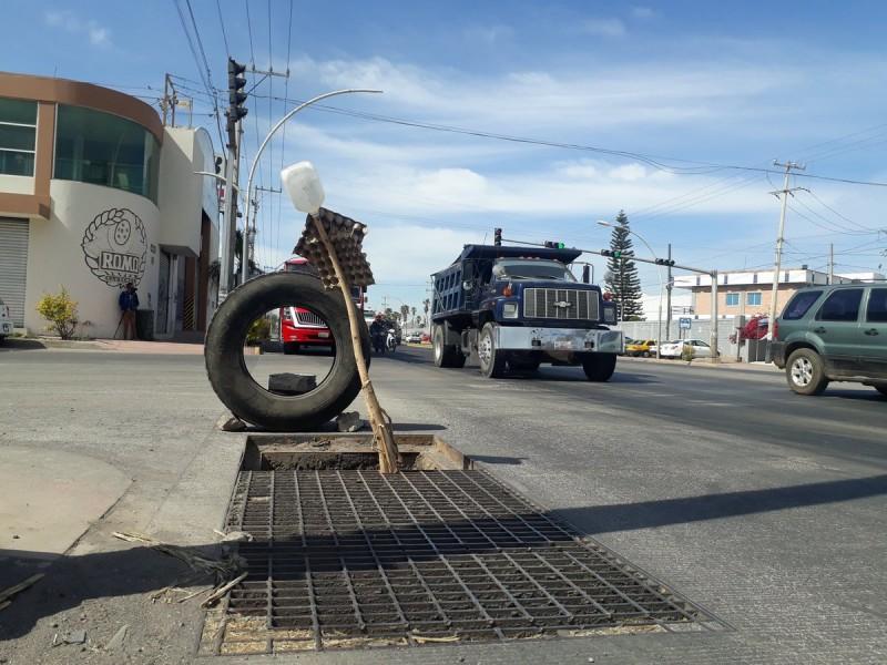 Falta de rejilla ocasiona accidentes en Bulevar Aguamilpa