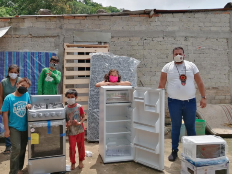 Familia con problema de inundaciones recibe enseres domésticos