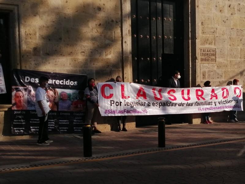 Familiares de desaparecidos clausuran Congreso por impulsar legislación sin consenso