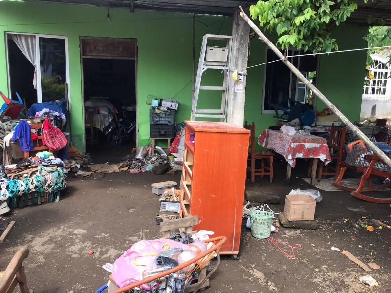 Familias limpian viviendas afectadas por inundación en Lerdo de Tejada