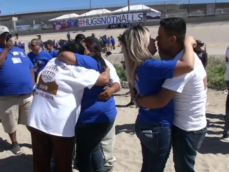 Familias migrantes se reúnen en la frontera con México