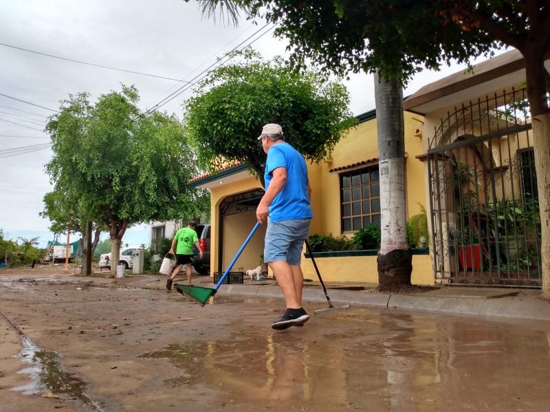 Familias realizan labores de limpieza tras inundación